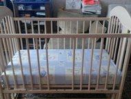 Продам детскую кроватку Продам детскую кроватку с маятником (новая), цвет бежевый, с резными картинками по бокам, матрац (новый) в подарок. Возможен т, Тольятти - Детская мебель